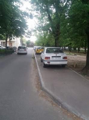 В Киеве автохамы превратили тротуар в парковку