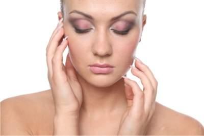 Косметологи напомнили главные правила ухода за жирной кожей