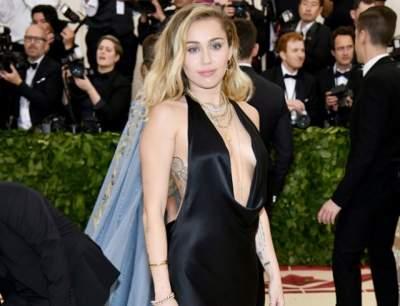 Майли Сайрус показала грудь в открытом платье