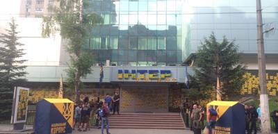 В Киеве Нацкорпус пикетирует здание ТК Интер: требуют отменить концерт