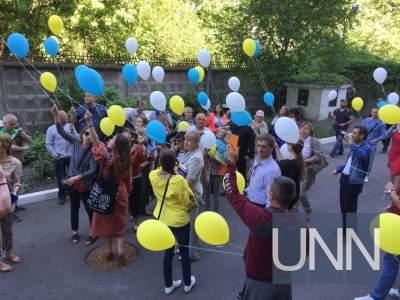 Цветы и воздушные шарики: Савченко поздравили с Днем рождения под стенами СИЗО