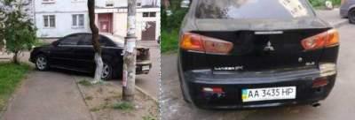 В Киеве «герой парковки» полностью перекрыл тротуар