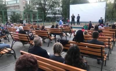 В Деснянском районе Киева появился кинотеатр под открытым небом