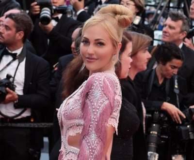Звезда «Великолепного века» вышла в свет в откровенном платье