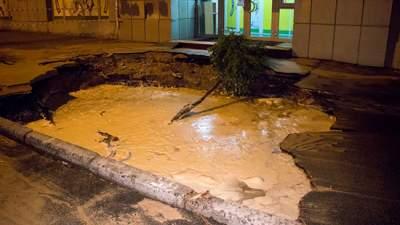 В Киеве на месте прорыва трубы образовалась яма