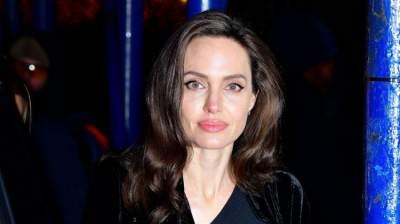 Анджелина Джоли снова вышла в свет, надев «траурное» платье