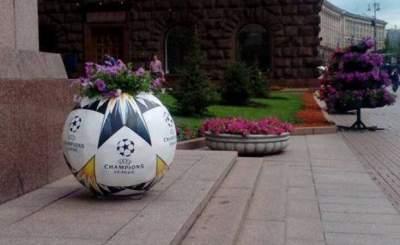Киевскую мэрию украсили мячи с цветами