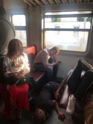 «Едем в Европу»: соцсети обсуждают фото спящего человека на полу электрички