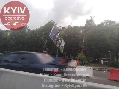 В Киеве билборд угрожает жизни пешеходам и водителям