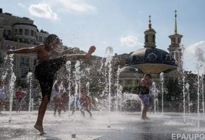 Киевские власти запретили купаться в столичных фонтанах