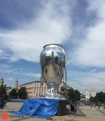 В центре Киева появился огромный кубок Лиги Чемпионов