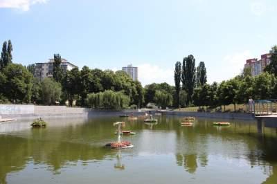 В Киеве озеро украсили плавучие клумбы