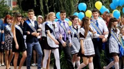 Украинским школьникам назвали даты выпускных вечеров