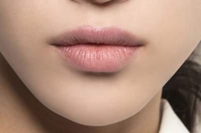 Медики рассказали, почему трескаются губы и как этого избежать