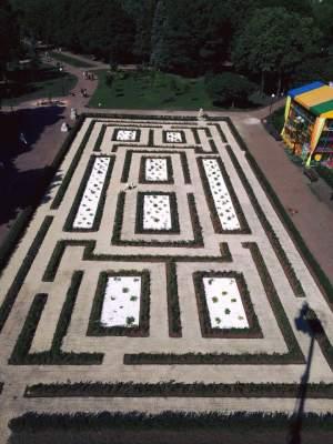 В популярном киевском парке появился необычный лабиринт