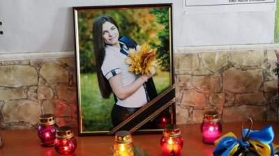 В Донецкой области похоронили школьницу, погибшую под обстрелом