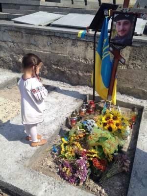Украинцев растрогало фото девочки на могиле отца-АТОшника