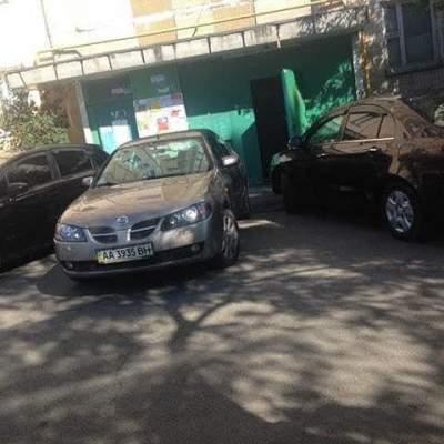 В Киеве «герои парковки» полностью заблокировали выход из подъезда