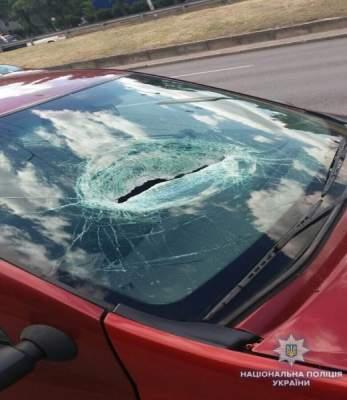 Полиция расследует падение кирпича на автомобиль в Киеве