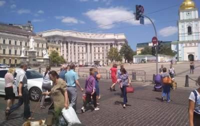 На одной из площадей Киева запретили парковать автомобили