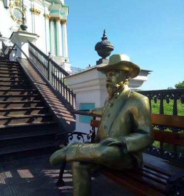 В Киеве у Андреевской церкви установили статую создателю виски