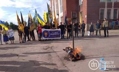 На Донбассе националисты сожгли чучело Путина