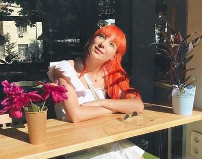 Тарабарова подчеркнула беременность облегающим платьем
