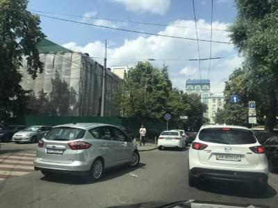 В Киеве «герой парковки» оставил авто посреди дороги
