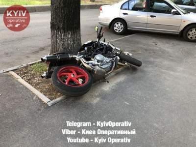 В Киеве мотоцикл проломил асфальт