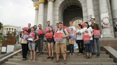 Семьи пленных украинских военных показали Путину «красную карточку»