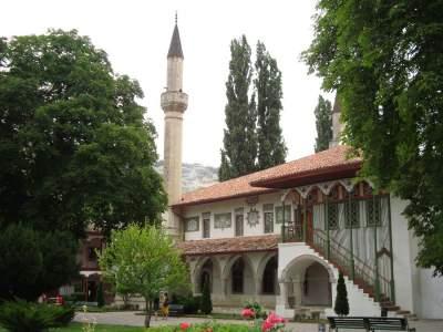 Вандалы изобразили свастику на мечети в окупированном Крыму