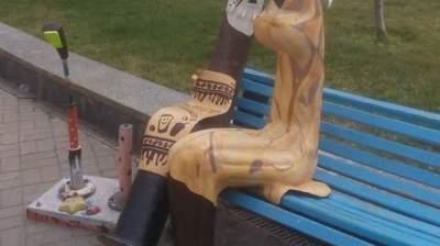 В Киеве вандалы испортили памятник влюбленных фонарей