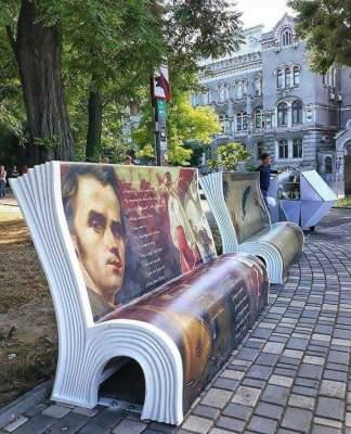 Одессу украсили «литературные» лавочки
