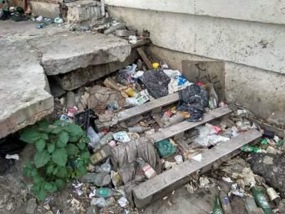 Киевлян возмутили горы мусора возле ж/д вокзала