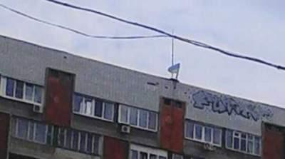 В Донецке ко Дню Конституции подняли украинский флаг