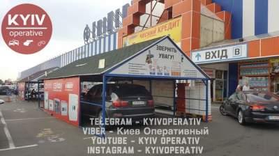 В Киеве «автохам» оригинально припарковался у гипермаркета