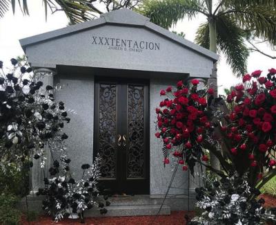 Рэпера XXXTentacion похоронили в грандиозном мавзолее