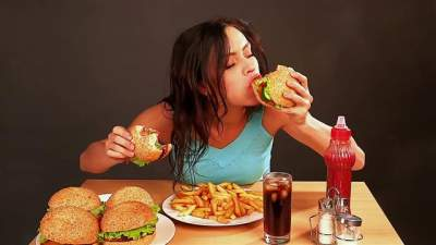 Диетологи дали советы тем, кто привык «заедать» стресс