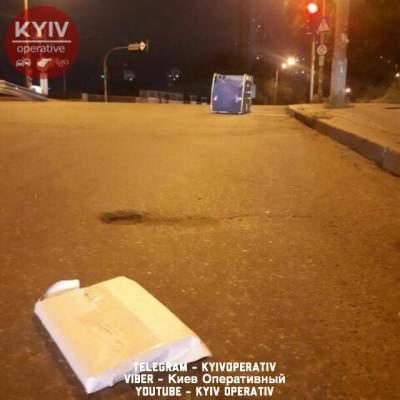 В Киеве грузовик «Укрпочты» потерял на ходу контейнер с посылками