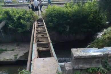 В Киеве разобрали мост через реку