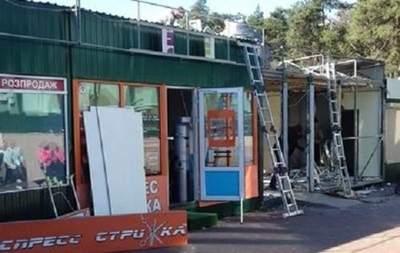 В Киеве демонтировали несколько десятков МАФов у метро