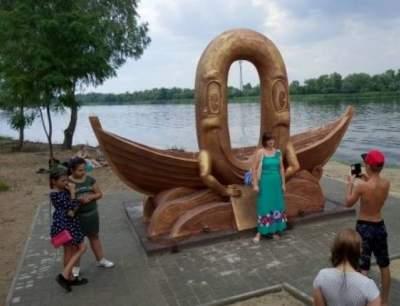 В Голой Пристани возвели памятник нулевому километру
