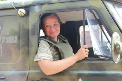 Сеть в восторге от девушки, спасающей бойцов на Донбассе