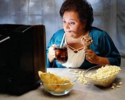 Еда перед телевизором вызывает ожирение, — ученые