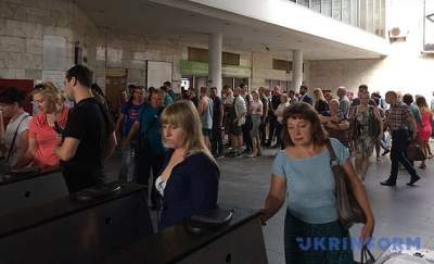 Киевляне стоят в огромных очередях у касс в метро