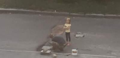 В Киеве мужчина устал ждать и решил сам отремонтировать дорогу