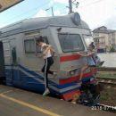И девочки туда же: в Киеве дети катались «зацепом» на электричке