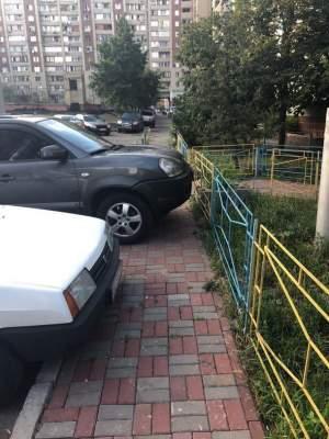 В Киеве еще один автохам полностью перегородил тротуар