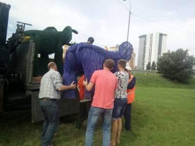 В Киеве Одесскую площадь украсили цветные слоны