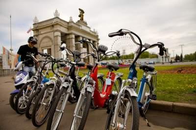 В Киеве на ВДНХ оборудуют велосипедные дорожки